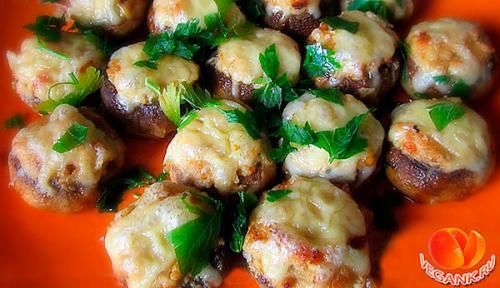 Фаршированные шампиньоны вегетарианские. Вегетарианский новогодний стол. Шампиньоны фаршированные